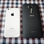 ASUS ZenFone Go (ZB551KL)にSIMカードを挿します