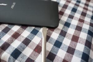 ASUS ZenFone Goのカバーを外す